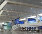 Signalétique aéroportuaire d'Alger : le hall principal et ses enseignes en éclairage tangentiel