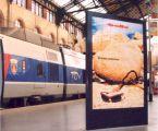 Stèle double face pour affiches 120 x 176 sur les quais des gares TGV